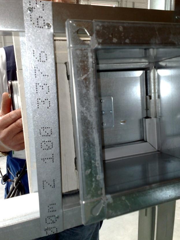Einschub der Brandschutzklappe mit Einbaurahmen in eine Leichtbauwand gefertigt aus Metallständerprofilen