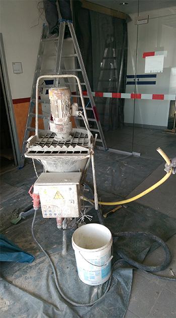 Für den Nasseinbau ist ein Mörtelmischgerät für das Verpressen der Brandschutzklappen sinnvoll